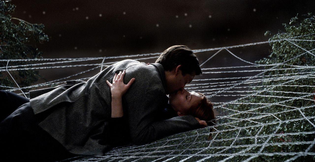Peter Parker (Tobey Maguire, oben) hat es endlich geschafft, sein Heldendasein als Spider-Man und seine große Liebe (Kirsten Dunst, unten) unter ein... - Bildquelle: 2007 Marvel Characters, Inc.  2007 CPII. All Rights Reserved.