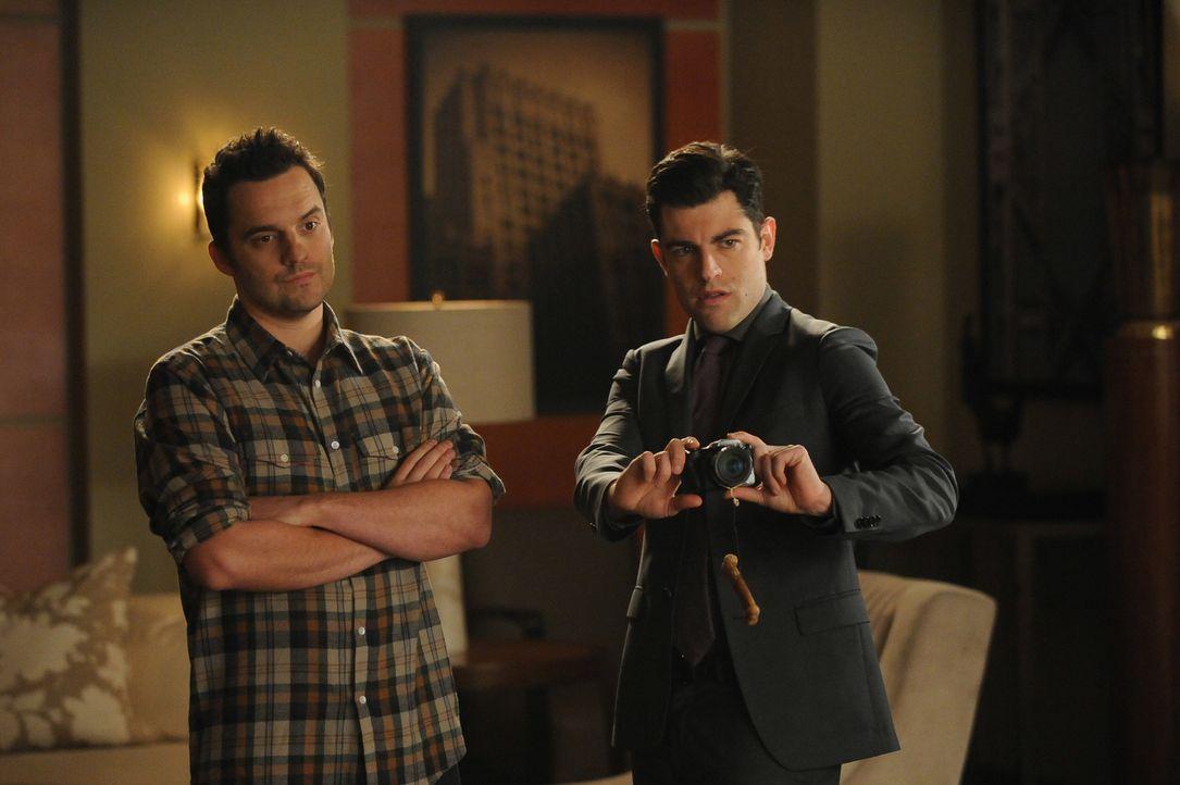 """Während Nick (Jake Johnson, l.) auf bequeme Kleidung setzt, will Schmidt (Max Greenfield, r.) nicht auf seinen geliebten Anzug verzichten - der """"Swu... - Bildquelle: 2015 Twentieth Century Fox Film Corporation. All rights reserved."""