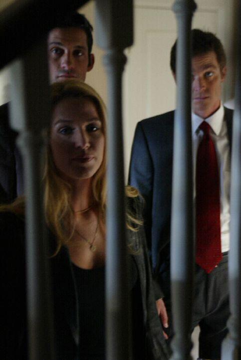 Martin Fitzgerald (Eric Close, r.), Danny Taylor (Enrique Murciano, hinten l.) und Samantha Spade (Poppy Montgomery, l.) verfolgen eine heiße Spur .... - Bildquelle: Warner Bros. Entertainment Inc.