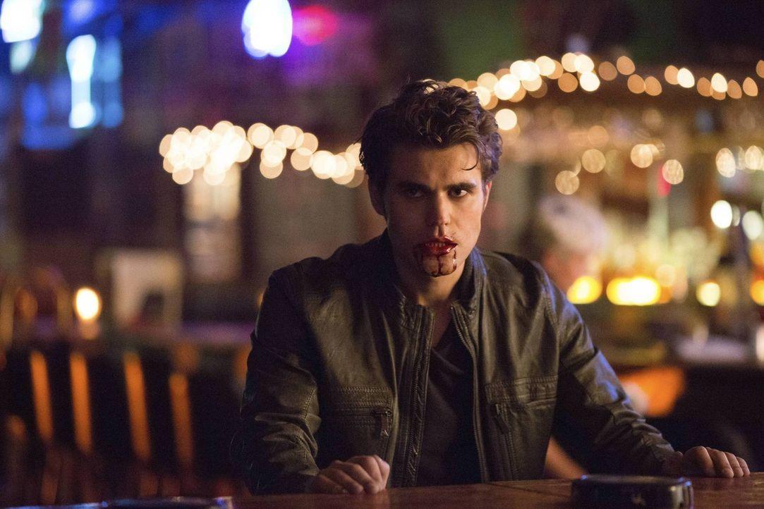 In einem Traum sieht Elena, wie Stefan (Paul Wesley) sich von einer Kellnerin ernährt, diese jedoch nicht tötet ... - Bildquelle: Warner Brothers