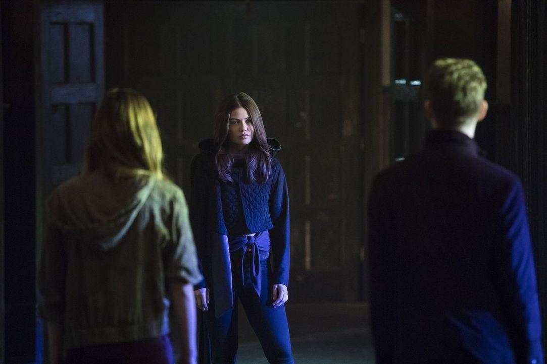 Als die Urahnen sie rufen, machen sich Hayley und Klaus auf in deren Welt und treffen dort auf Davina (Danielle Campbell), die ihnen helfen will, da... - Bildquelle: 2016 Warner Brothers