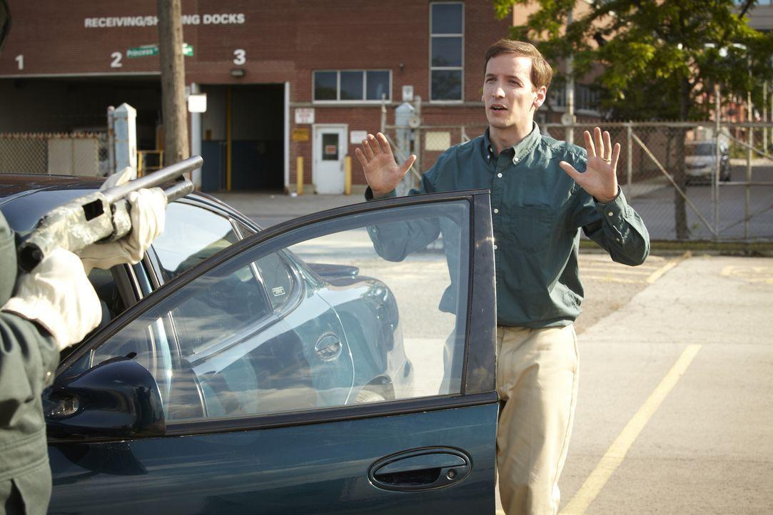 Mitten am Tag wird der 33-jährige Bob Henry (Robert Notman, r.) an seinem Arbeitsplatz, einem Warenlager in Tacoma, Washington niedergeschossen. Es... - Bildquelle: Ian Watson Cineflix 2013