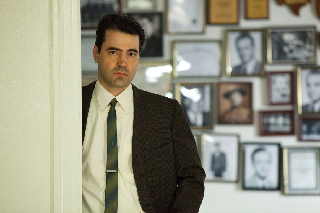 FBI Agent James Patrick Hosty (Ron Livingston) ahnt, dass seine Kollegen ihm die Schuld in die Schuhe schieben wollen ... - Bildquelle: Claire Folger 2013 WALLEYE PRODUCTIONS, LLC ALL RIGHTS RESERVED.