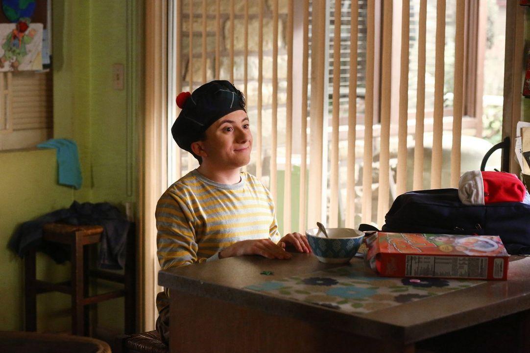 Während sich Brick (Atticus Shaffer) einem schottischen Musical widmet, entschließt sich Axl, etwas Wertvolles zu verkaufen ... - Bildquelle: Warner Bros.