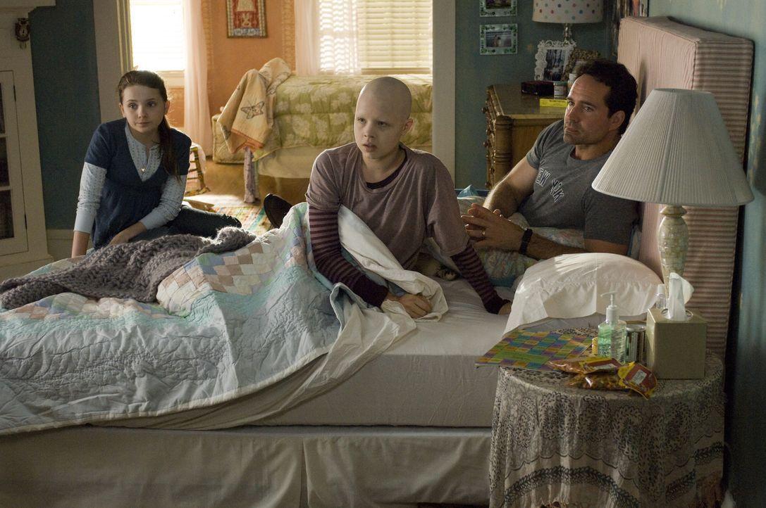 Das Glück der Eltern Sara und Brian (Jason Patric, r.) zerbricht, als ihre Tochter Kate (Sofia Vassilieva, M.) an Leukämie erkrankt und kaum eine Ch... - Bildquelle: Warner Brothers