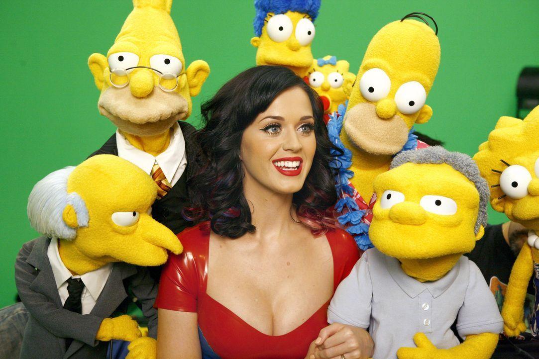 Katy Perry (M.) sorgt für gute Laune bei den Simpsons und ihren Freunden. - Bildquelle: und TM Twentieth Century Fox Film Corporation - Alle Rechte vorbehalten
