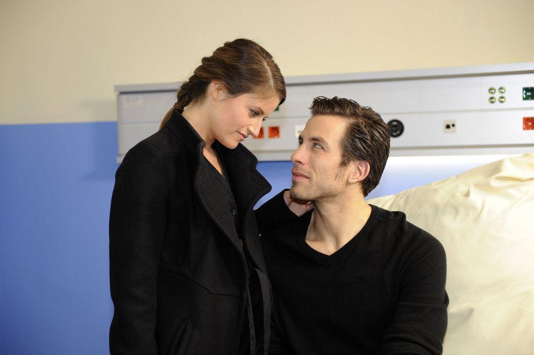 Bea (Vanessa Jung, l.) ist erleichtert, Michael (Andreas Jancke, r.) aus dem Krankenhaus abholen zu können ... - Bildquelle: SAT.1