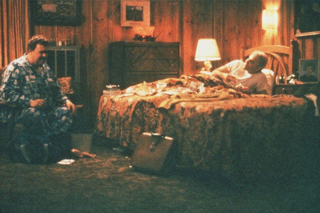 In Kansas muss sich Neal (Steve Martin, r.) ein Hotelzimmer mit der ständig quasselnden Nervensäge Del (John Candy, l.) teilen ... - Bildquelle: Paramount Pictures