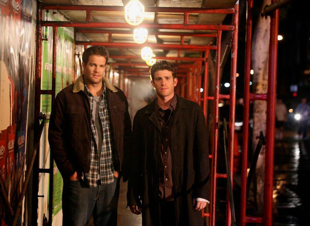 Sind fest entschlossen Owen zu finden und wieder zurückzuholen: Nick (Bryan Greenberg, r.) und Eddie (Geoff Stults, l.) ... - Bildquelle: ABC Studios