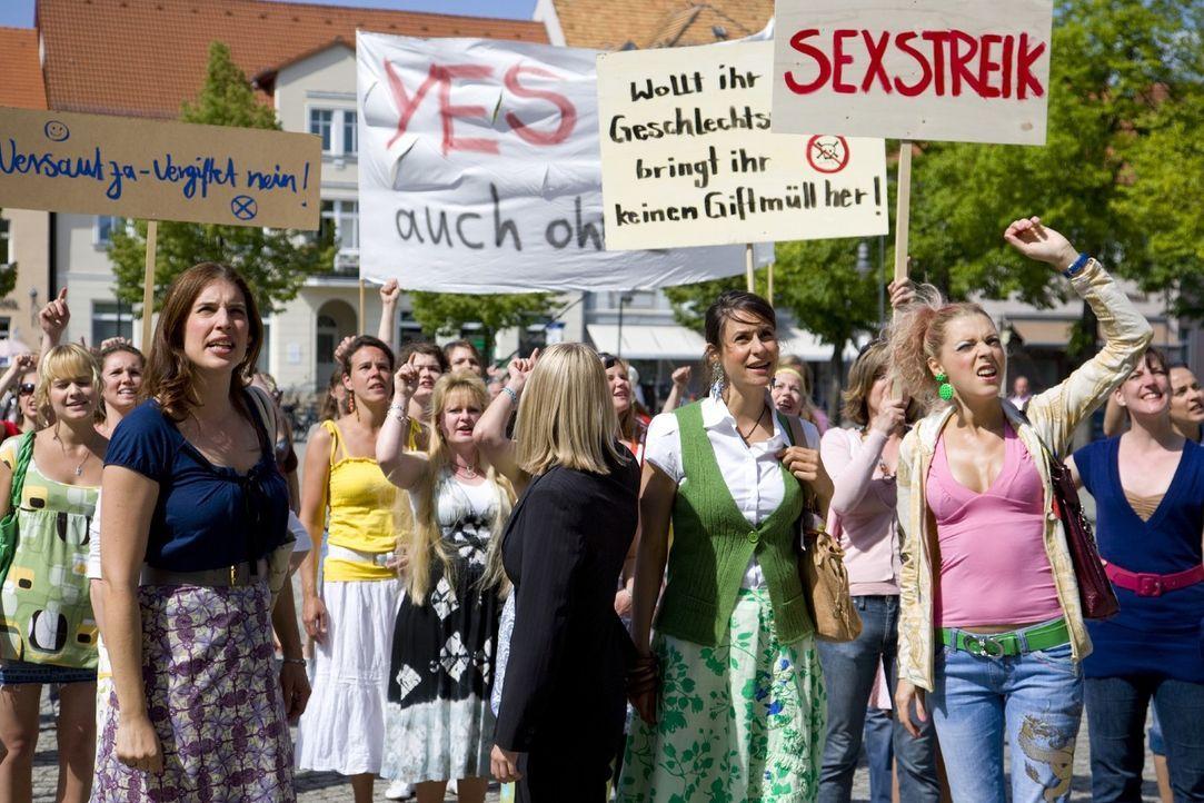 Die Frauen von Schönstett (vorne v.l.n.r.: Elena Uhlig, Liane Forestieri, Anja Franke) sind nicht gewillt, ihren idyllischen Ort in eine Giftmülldep... - Bildquelle: Richard Hübner SAT.1
