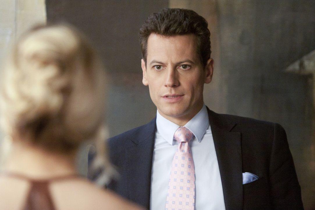 Ahnt Andrew Martin (Ioan Gruffudd, r.), dass Bridget Kelly (Sarah Michelle Gellar, l.), die er nach wie vor für seine Frau Siobhan hält, etwas zu... - Bildquelle: 2011 THE CW NETWORK, LLC. ALL RIGHTS RESERVED