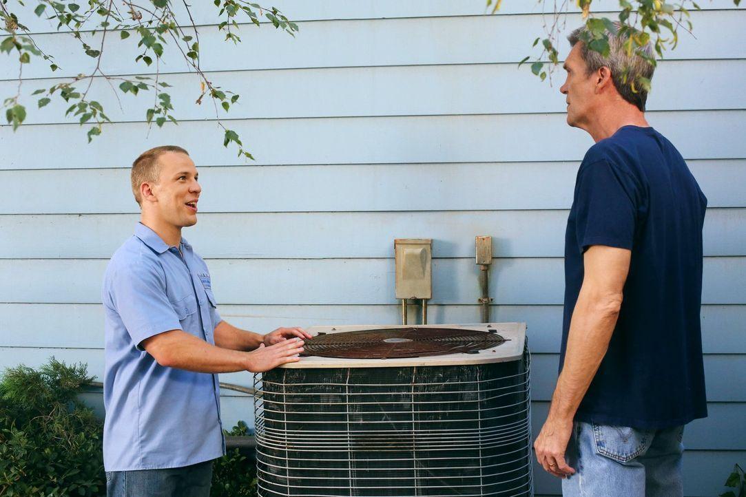 Mike (Neil Flynn, r.) ruft einen Fachmann für Klimaanlagenreparaturen und der entpuppt sich ausgerechnet als Darrin (John Gammon, l.). Das lässt bei... - Bildquelle: Warner Brothers