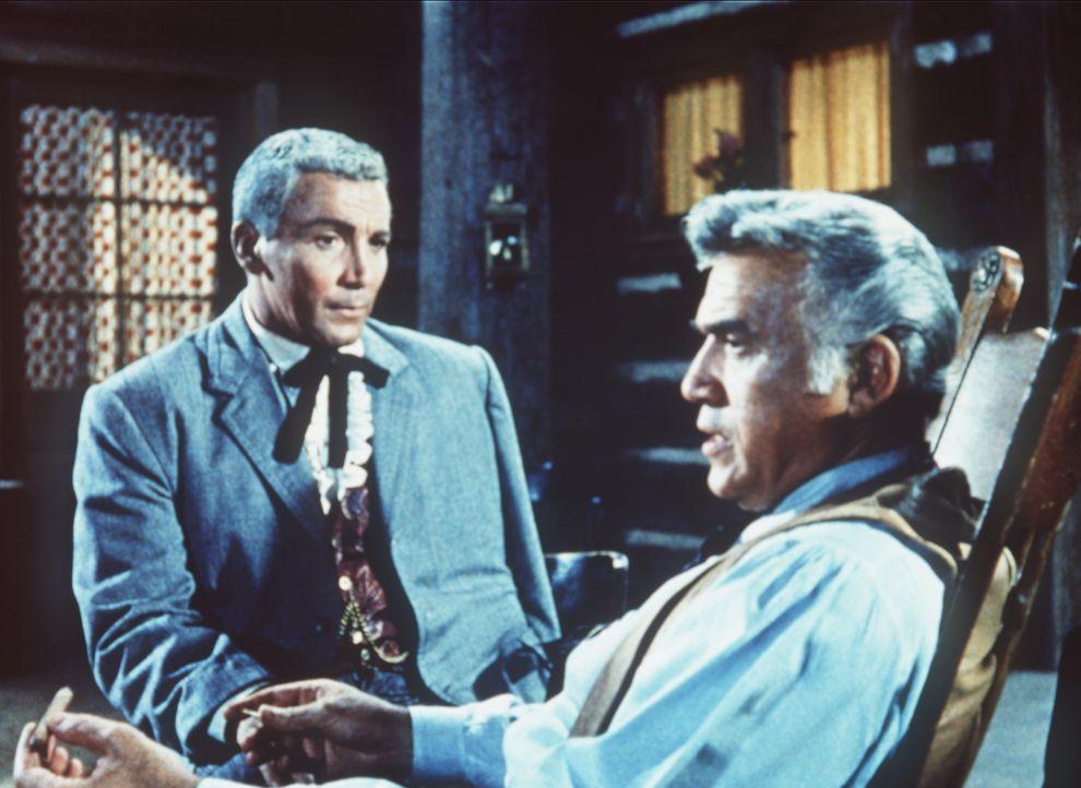 Der Geschäftsmann Kyle (Cameron Mitchell, l.), sucht in der Stadt Unterstützung für die Konföderierten. Er wird von dem ahnungslosen Ben Cartwright... - Bildquelle: Paramount Pictures