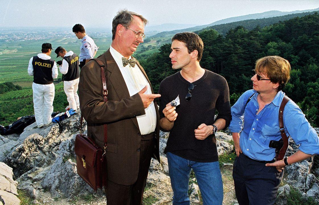 Kommissar Brandtner (Gedeon Burkhard, M.) und Rex haben die tote Sybille in der Nähe eines Kreuzweges entdeckt. Dr. Graf (Gerhard Zemann, l.) erläut... - Bildquelle: Ali Schafler Sat.1
