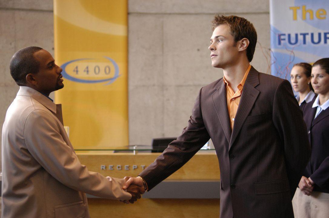 "Shawn (Patrick Flueger, r.) nimmt Edwin (Hill Harper, l.) freudig im ""4400 Center"" auf ... - Bildquelle: Viacom Productions Inc."