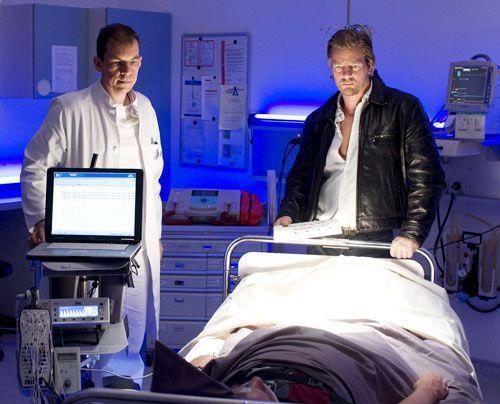 """Weil Mick (Henning Baum, r.) fest davon überzeugt ist, dass Discjockey """"Tommy Diamond"""" völlig harmlos ist, lässt er seinen Schlaf in einem Schlaf... - Bildquelle: Martin Rottenkolber - Sat1"""