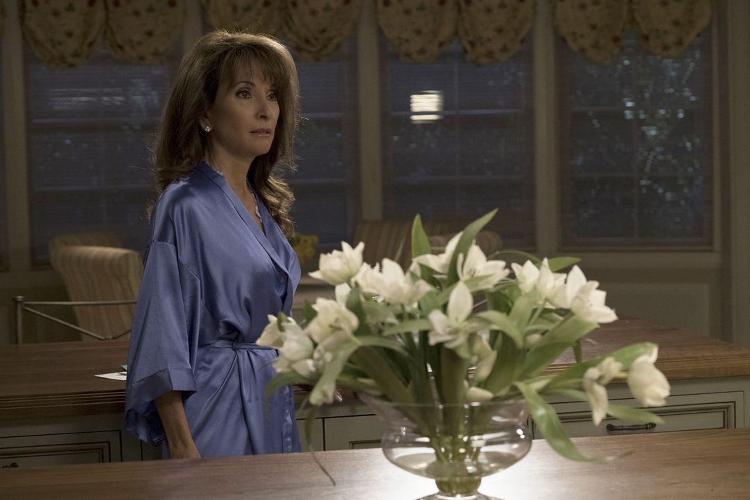 Zu später Stunde bekommt Genevieve (Susan Lucci) unerwarteten Besuch ... - Bildquelle: Curtis Baker 2016 American Broadcasting Companies, Inc. All rights reserved.