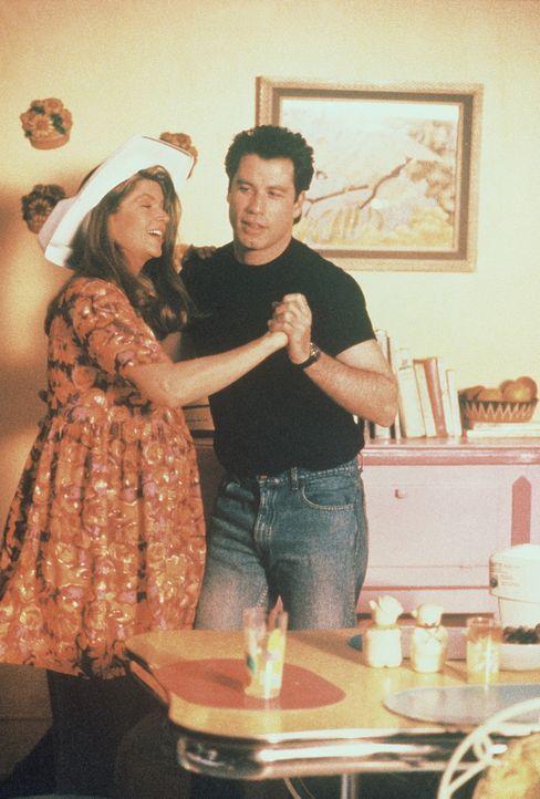 James (John Travolta, r.) und seine Frau Mollie (Kristie Alley, l.) freuen sich auf ihr Baby, das in wenigen Tagen zur Welt kommen wird. - Bildquelle: TriStar Pictures