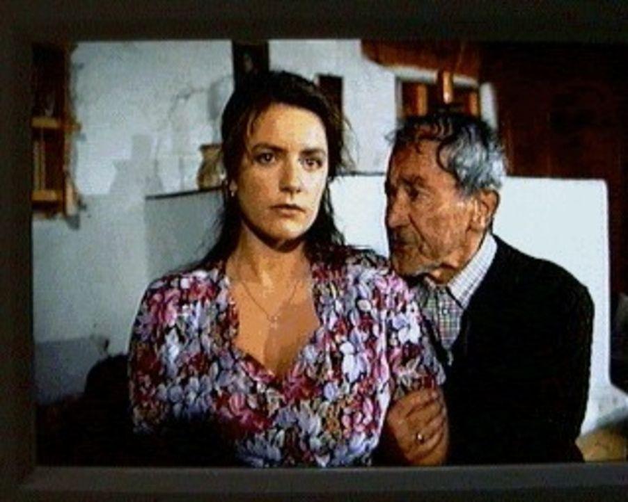 Liesi (Christine Neubauer, l.) möchte sich opfern, um ihrem hochverschuldeten Großvater, Bauer Jackl (Ludwig Wühr, r.), zu helfen ... - Bildquelle: SAT.1