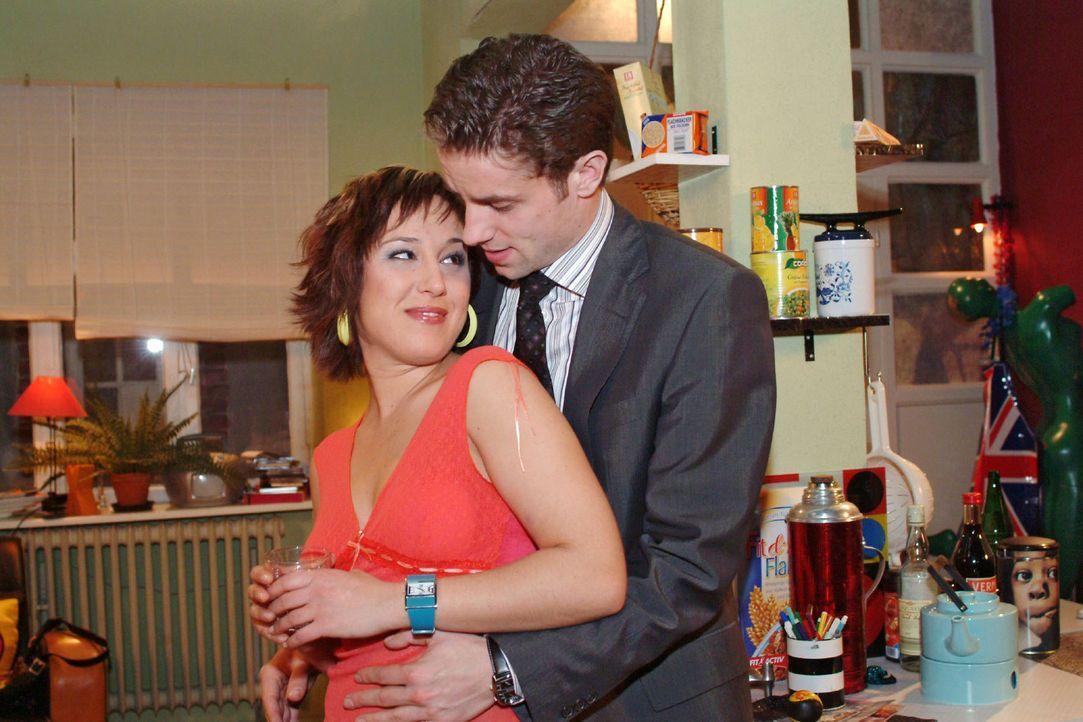 Yvonne (Bärbel Schleker, l.) erliegt Max' (Alexander Sternberg, r.) - wohl kalkuliertem - Charme. - Bildquelle: Monika Schürle Sat.1