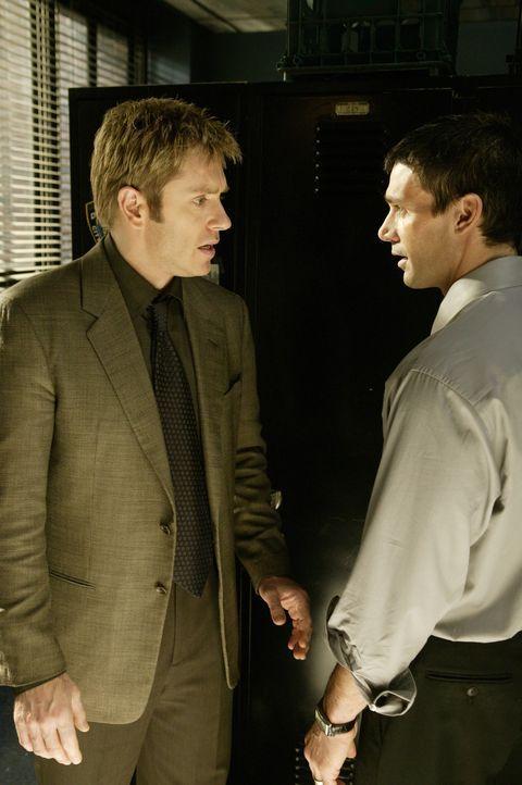 Detective Jim Dunbar (Ron Eldard, l.) sieht sich schweren Vorwürfen seitens seines Kollegen Detective Marty Russo (Frank Grillo, r.) ausgesetzt ... - Bildquelle: TM &   2006 CBS Studios Inc. All Rights Reserved.