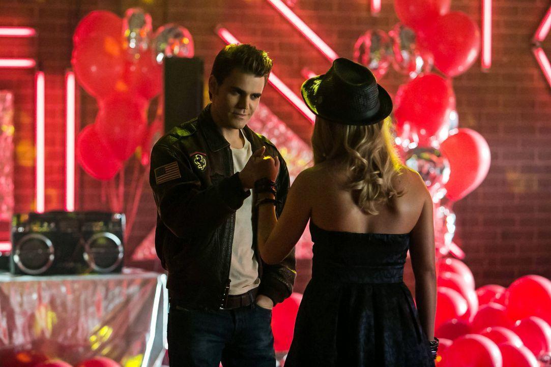 Mit Charme und viel Extravaganz versucht Stefan (Paul Wesley, l.) von Rebekah (Claire Holt, r.) doch noch das zu bekommen, was er und vor allem Klau... - Bildquelle: Warner Bros. Television