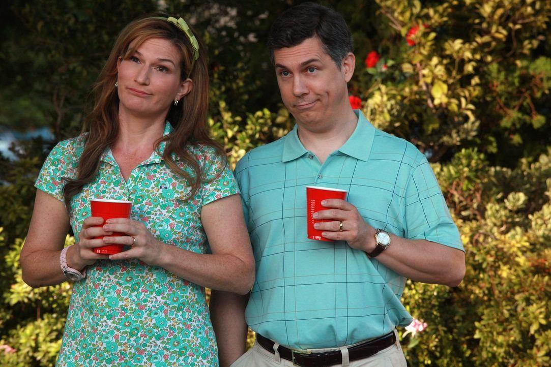Tessa und George stellen sich ihrem Feind: nach unzähligen von Einladungen nehmen sie diese nun an und gehen zu ihren Nachbarn, Sheila (Ana Gasteye... - Bildquelle: Warner Bros. Television
