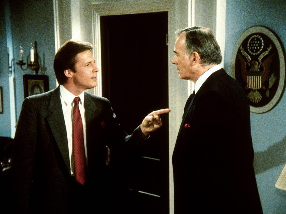 Lee (Bruce Boxleitner, l.) versucht erfolgreich, Senator Hoffmeir (William Joyce, r.) dazu zu bewegen, einen äußerst wichtigen Namen preiszugeben. D...