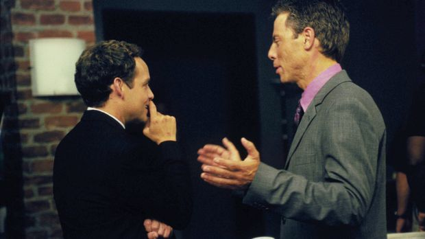 Während John (Peter MacNicol, l.) mit einer sehr aufreizenden Frau zu kämpfen...