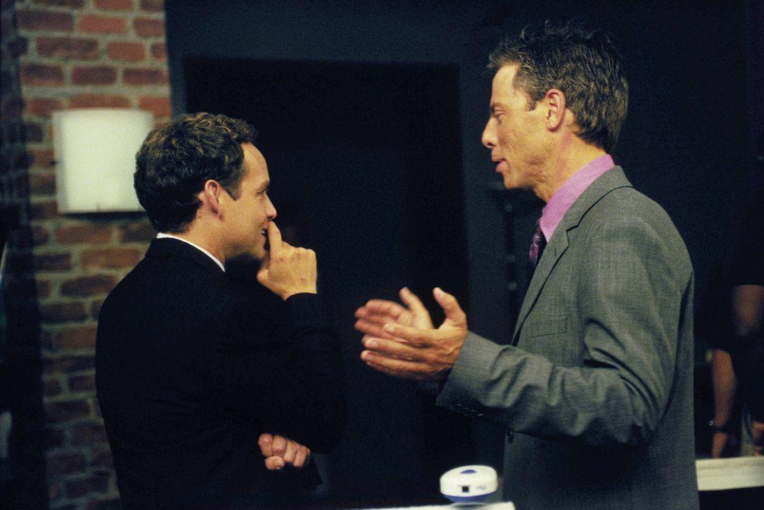 Während John (Peter MacNicol, l.) mit einer sehr aufreizenden Frau zu kämpfen hat, muss  Richard (Greg Germann, r.) seinen Blickwinkel ganz neu ausr... - Bildquelle: 2000 Twentieth Century Fox Film Corporation. All rights reserved.