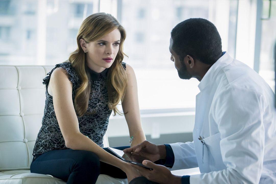 Wird Nigel (Thomas Cadrot, r.), ein Mitarbeiter von Caitlins Mutter, Caitlin (Danielle Panabaker, l.) helfen können, zu erkennen, was mit ihr geschi... - Bildquelle: 2016 Warner Bros.