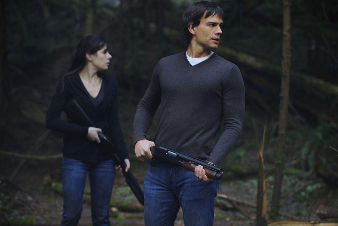 Abby (Elaine Cassidy, l.), die mit ansehen musste, wie ihr Vater vor ihren Augen von Wakefield umgebracht wurde, schwört Rache und ist bereit, Wake... - Bildquelle: 2009 CBS Studios Inc. All Rights Reserved.