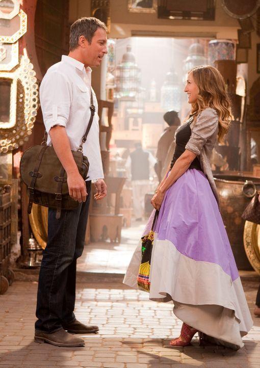 Mitten im fernen Abu Dhabi läuft Carrie (Sarah Jessica Parker, r.) eine Versuchung über den Weg, der sie nicht leicht widerstehen kann: ihr Ex-Fre... - Bildquelle: Warner Brothers