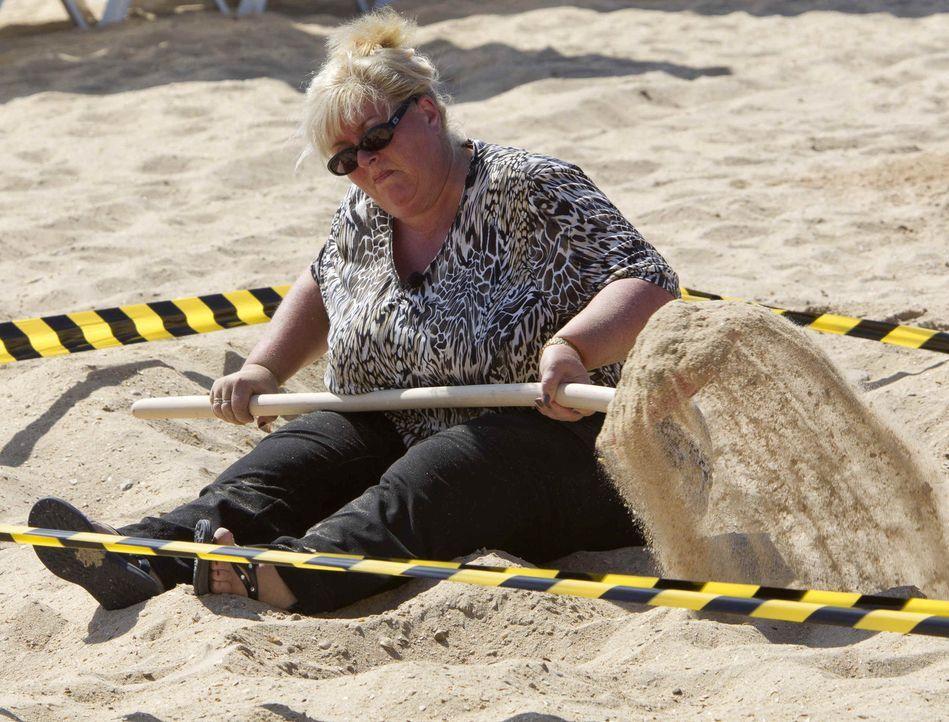 Einige Teilnehmer stoßen schon bei der ersten Prüfung an ihre Grenzen. Beim Löchergraben am Strand kommen die untrainierten Kandidaten ordentlich in... - Bildquelle: Enrique Cano SAT.1