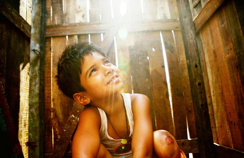 Jamal Malik (Ayush Mahesh Khedeker) verlebt eine unbeschwerte Kindheit - bis zu dem Tag, an dem seine Mutter ermordet wird ... - Bildquelle: 2009 PROKINO Filmverleih GmbH