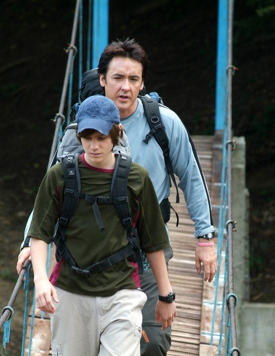Seit dem Tod seiner Frau haben Ray (John Cusack, hinten) und Sohn Chris (Jamie Anderson, vorne) große Probleme miteinander. Da beschließen sie, geme... - Bildquelle: Millennium Films