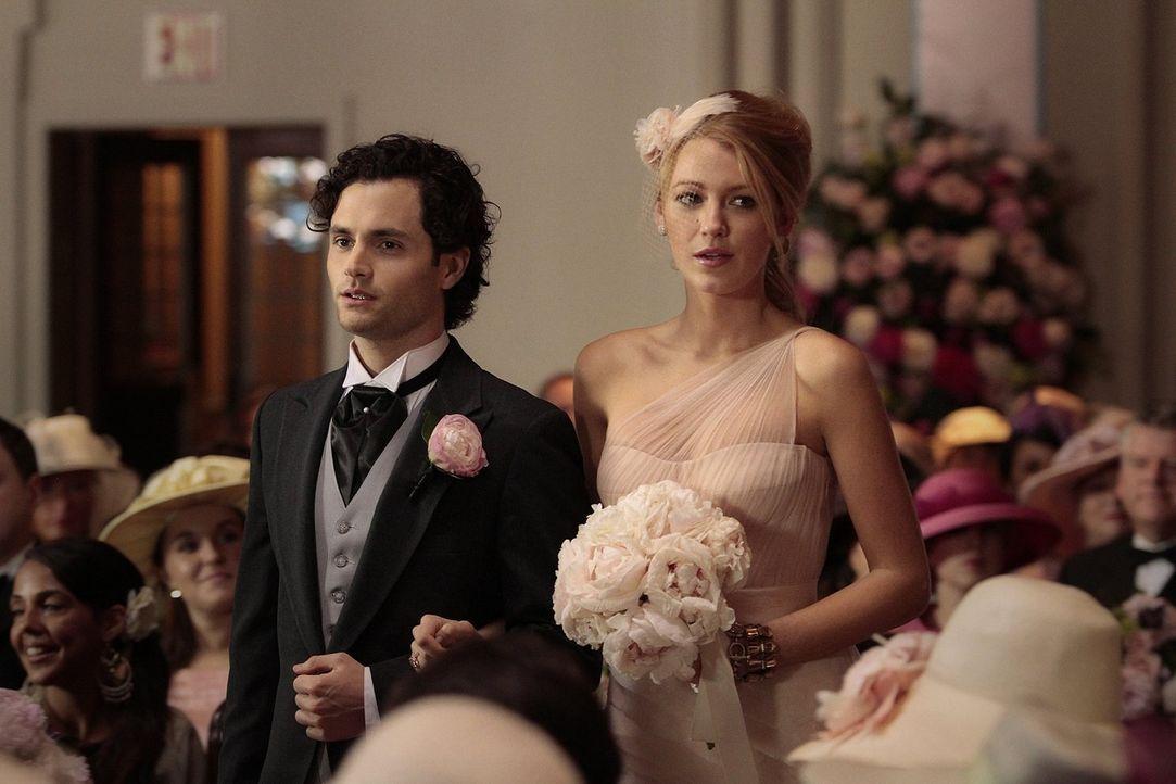 Obwohl Dan (Penn Badley, l.) und Serena (Blake Lively, r.) es nicht fassen können, dass die beiden heiraten, sind sie am großen Tag von Blair und Pr... - Bildquelle: Warner Bros. Television