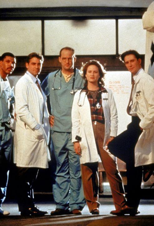 (v.l.n.r.) Dr. Benton (Eric LaSalle), Dr. Ross (George Clooney), Dr. Greene (Anthony Edwards), Dr. Lewis (Sherry Stringfield) und Dr. Carter (Noah W... - Bildquelle: TM+  WARNER BROS.