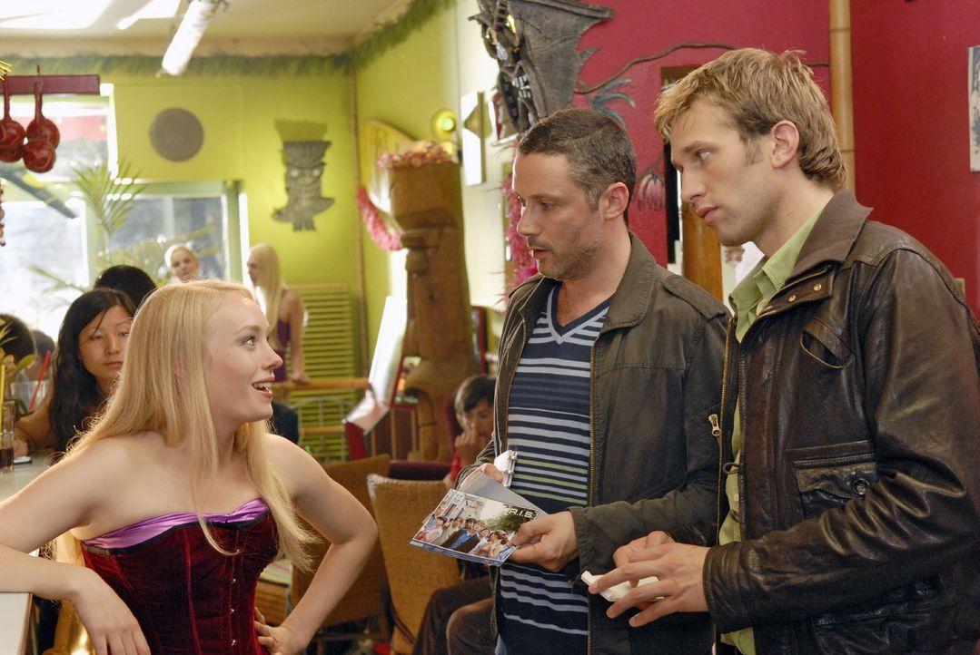 Mandy (Katharina Heyer, l.) erzählt Benno (Denis Petkovic, M.) und Timo (Tillbert Strahl-Schäfer, r.) von einem Mann, der total auf die Prostituiert... - Bildquelle: Christoph Assmann Sat.1