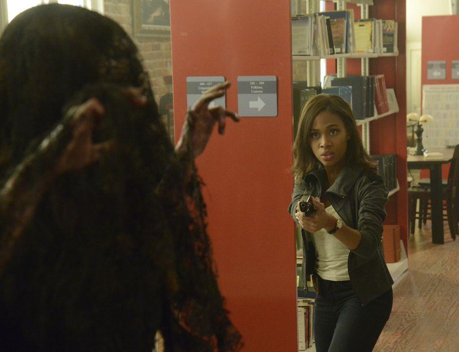 Als Abbie (Nicole Beharie) in der Bibliothek auf die trauernde Lady trifft, findet sie sich plötzlich unter Wasser im Fluss wieder ... - Bildquelle: 2014 Fox and its related entities. All rights reserved.