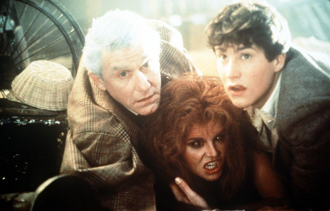 Peter Vincent (Roddy McDowell, l.) und Charley (William Ragsdale, r.) versuchen, Amy (Amanda Bearse, M.) vor dem endgültigen Vampirdasein zu schüt... - Bildquelle: Columbia Pictures
