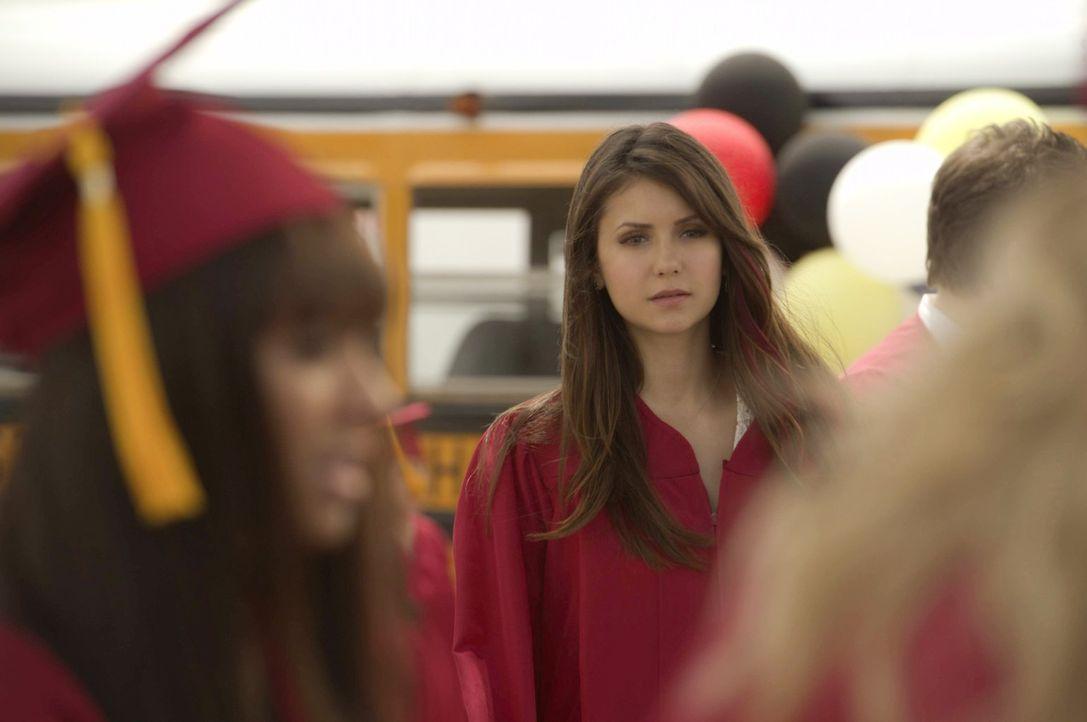 Ungebetene Gäste treiben sich während der Zeugnisvergabe auf dem Schulgelände herum.  Elena (Nina Dobrev, M.) befürchtet Schlimmes ... - Bildquelle: Warner Brothers