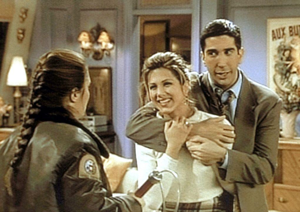 Luisa (Megan Cavanagh, l.) vom Tierschutzverein will Ross (David Schwimmer, r.) und Rachel (Jennifer Aniston, M.) das Äffchen wegnehmen. - Bildquelle: TM+  2000 WARNER BROS.