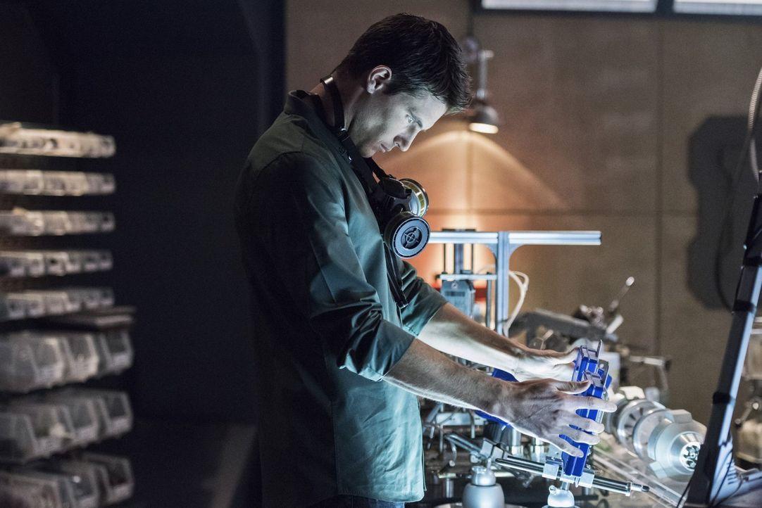 Wird es Ronnie (Robbie Amell) gelingen die Zeitmaschine zu reparieren, die Dr. Wells unbedingt braucht? - Bildquelle: Warner Brothers.