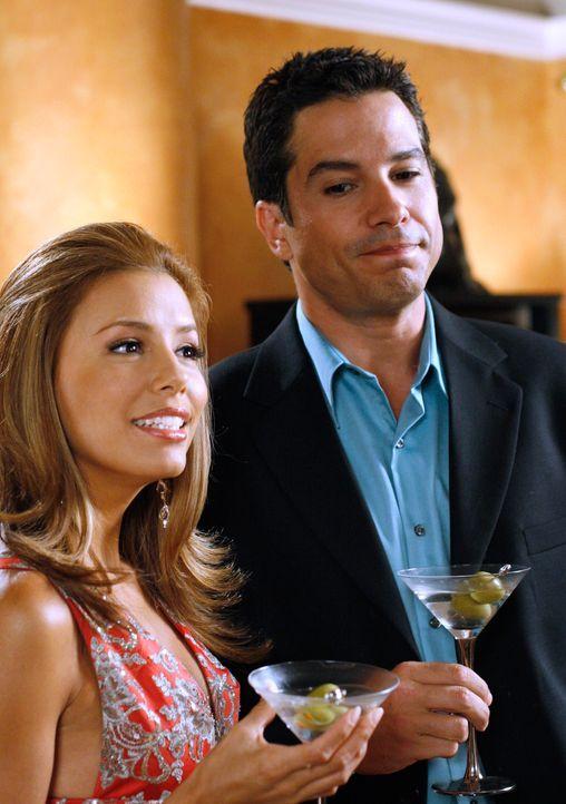 Während Carlos eine Nacht mit einer gewissen Trichelle verbringt, macht es sich Gabrielle (Eva Longoria, l.) mit Phil Lopez (Marco Sanchez, r.) gemü... - Bildquelle: 2005 Touchstone Television  All Rights Reserved