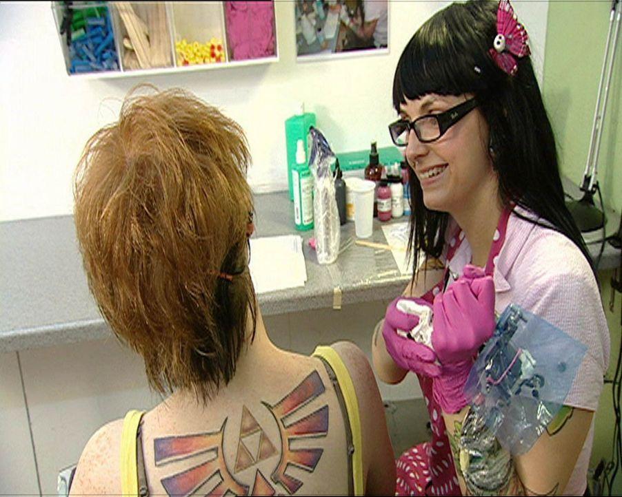 Die Piek-Asse vom Tattoo-Shop: Mini B. (r.) ... - Bildquelle: SAT.1