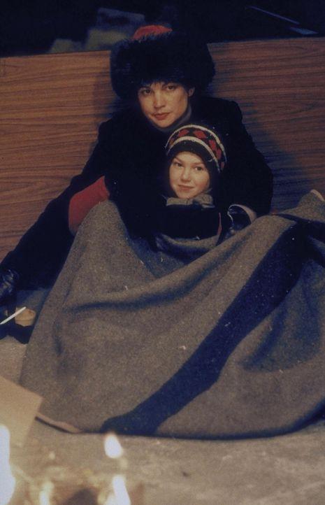 Alison (Eva La Rue) wärmt sich mit ihrem Kind unter einer Decke auf ... - Bildquelle: Trimark Pictures