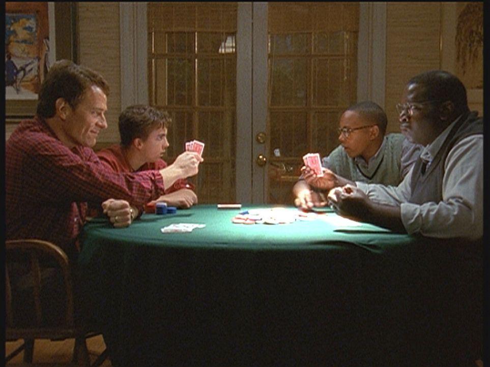 Familienduell beim Pokern: (v.l.n.r.) Hal (Bryan Cranston) und Malcolm (Frankie Muniz) treten gegen Stevie (Craig Lamar Traylor) und dessen Vater Ab... - Bildquelle: TM +   2000 Twentieth Century Fox Film Corporation. All Rights Reserved.