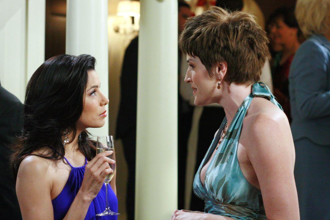 Gabrielle (Eva Longoria, l.) erfährt von einer Dame (Meeghan Holaway, r.), dass sie sich als Verlobte des Bürgermeisters nicht mehr um Strafzettel k... - Bildquelle: 2005 Touchstone Television  All Rights Reserved