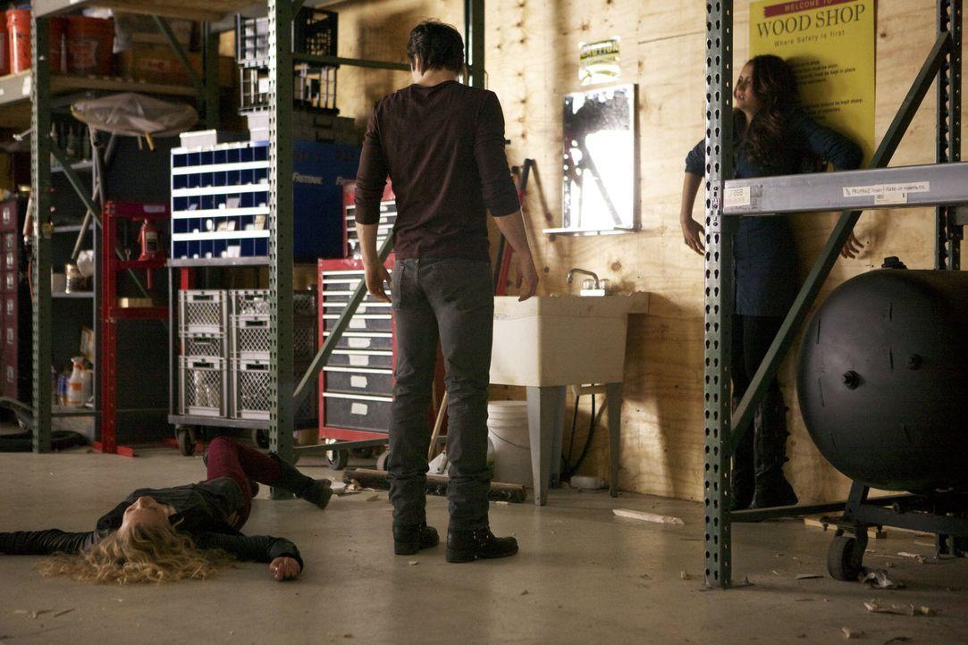 Damon rettet Elena - Bildquelle: Warner Bros.Entertainment Inc.